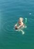 Ada mit Corinna beim Planschen im See
